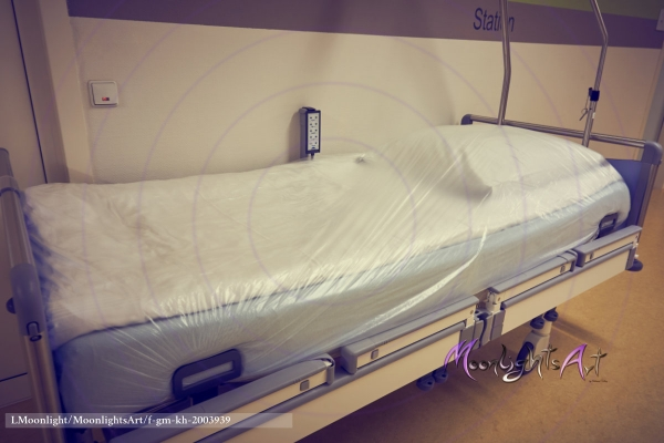 Krankenhaus - Bett - leer - sauber - vorbereitet - Flur