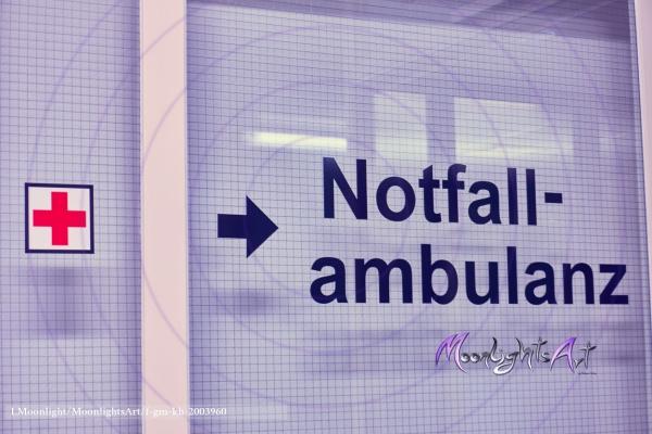 Notaufnahme - Notfallambulanz - Schriftzug auf einer Glastür
