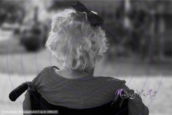 Seniorin wartet auf Besuch