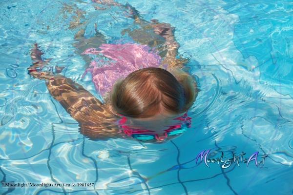 Kind - Mädchen - Freizeit - tauchen - Pool - schwimmen