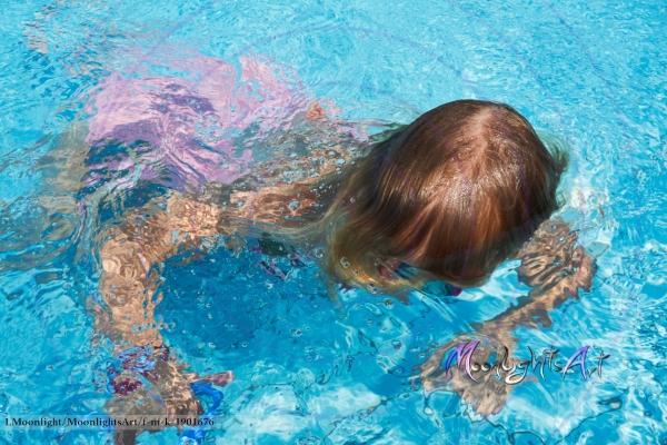 Kind - Freizeit - Mädchen - tauchen - Pool - schwimmen