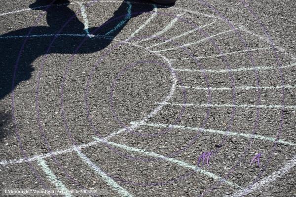 Schatten auf Asphalt mit Kreidezeichnung