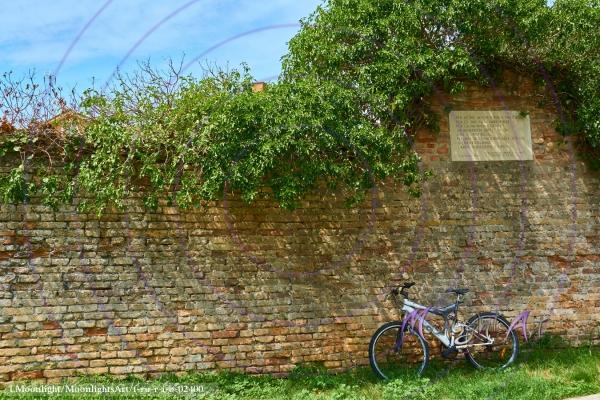 Fahrrad an der Mauer