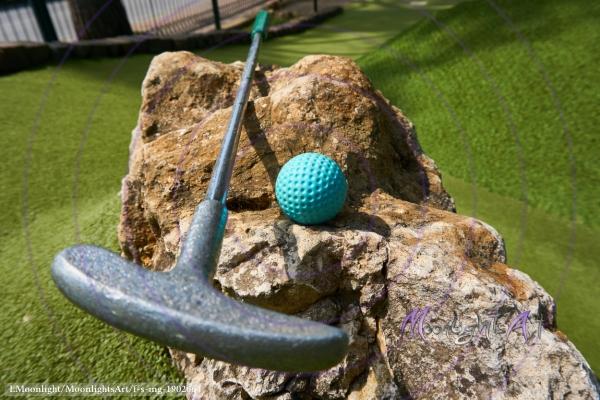 Minigolf - Ball mit Schläger Nahaufnahme