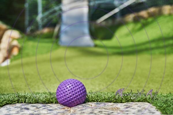 Minigolf - Ball liegt am Abschlagpunkt