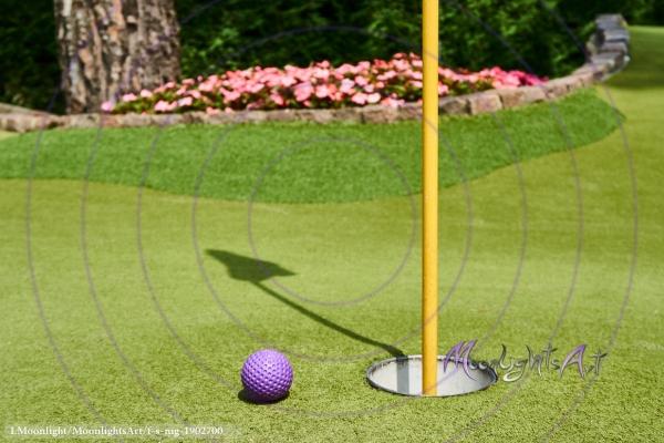 Minigolf - Ball liegt neben dem Loch