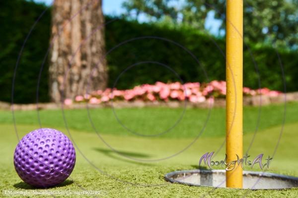Minigolf - Ball liegt vor dem Loch